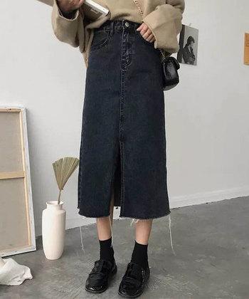 デニムは黒を選ぶとカジュアルになりすぎず、女性らしく着こなせます。シックな秋コーデにぴったりの素材です。