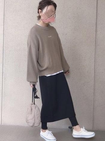 黒タイトスカートにレギンスを合わせるのが今年らしいコーディネートです。スニーカーでカジュアルさをプラスしてみて。