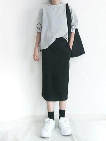 シンプルな黒タイトスカートは、合わせるアイテムもシンプルにまとめましょう。素材にこだわる上級者のおしゃれを楽しんで♪