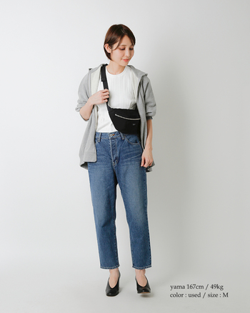 TシャツをIN、さらにショルダーバッグを短めに掛ければ、トップスの印象がすっきりコンパクトに。あえてかっちりしたパンプスを選ぶことで、フェミニンさがプラスされますね。