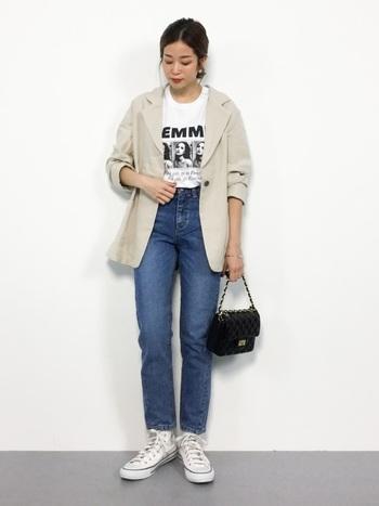 秋コーデにはジャケットをプラスしてみてはいかがでしょう?おすすめはTシャツの上に羽織るカジュアルな着こなし。かっちりし過ぎず、デニムの脚長効果もバッチリです。