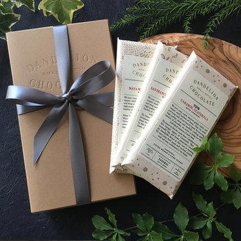 蔵前のファクトリーで作られた、3種類のチョコレートバーがパックされた「Dandelion Chocolate」のパーフェクト・コレクションは、豊かな風味が楽しめるチョコレート。専用のギフトボックスに入って届き、のしもつけられるのでお祝いごとにも◎