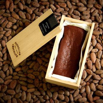 材料は4つだけという、シンプルながら上質な「Dandelion Chocolate (ダンデライオンチョコレート)」。ひとつひとつ丁寧に焼き上げられたガトーショコラは、木箱に入っていて濃厚な味わいと芳醇な香りが特徴です。お世話になった上司の方などに、苦めのコーヒーと共に贈るのがぴったりです。