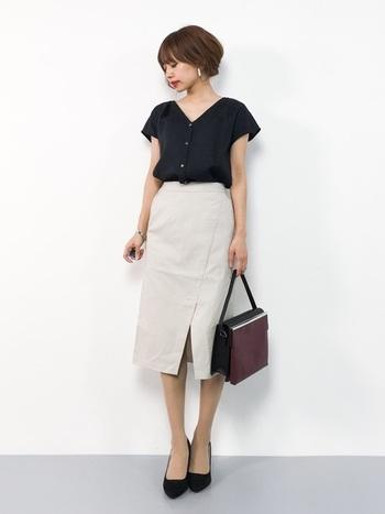 夏の通勤コーデは、襟抜きシャツでヌケ感を出して。袖口が広めのタイプなら、錯視効果で二の腕がよりいっそう細く見えます。スリット入りのタイトスカートも、大人の着こなしを助けてくれそうです。