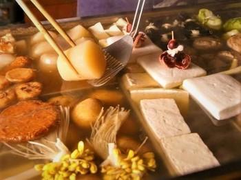 さっぱりとした出汁はおでんの素材そのものの味を引き立てる上品な味わい。25種類ほどのおでん以外にも色々とメニューを楽しめますよ。