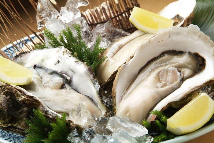 宮城県産の牡蠣にこだわり、多い時には3種類の牡蠣を味わえるこちらのお店。生牡蠣だけではなく、チーズ焼きや貝賊蒸しなどの牡蠣の一品料理も豊富なんです。