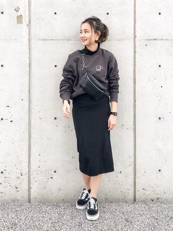 スウェットと黒タイトスカートの組み合わせのカジュアルなコーディネート。モノトーンでまとめると、子どもっぽくなりすぎません。