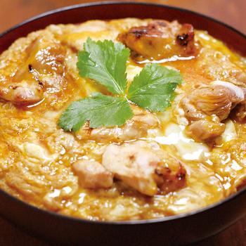 秋田県産の比内地鶏を使った串焼きや水炊きを中心に、東北のおいしい素材を楽しめる【炙屋 十兵衛】。中でも、玉ねぎなどの野菜を使わず、比内地鶏の卵とお肉を贅沢に使った親子丼は絶品!旅行中には、仙台駅の地下の店舗が便利ですよ。