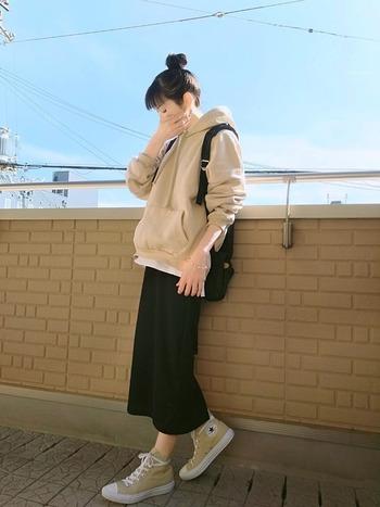 パーカーとリブのタイトスカートの組み合わせでカジュアルに。ベージュ×黒で色数を絞ることで、大人っぽく着こなせます。