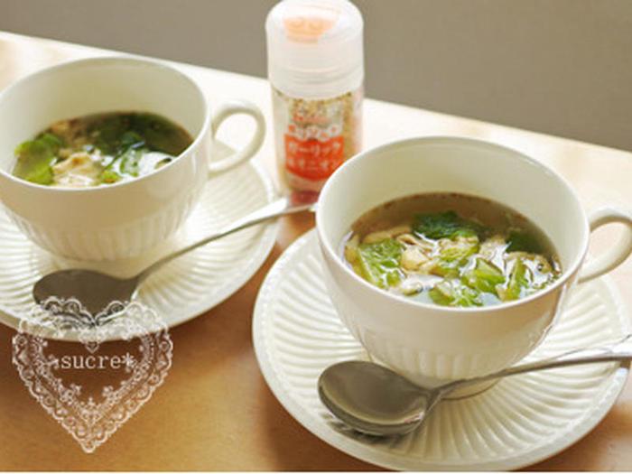 ガーリックのほのかな風味が食欲を引き出すスープ。シャキシャキのロメインレタスと、ふわふわの溶き卵のコントラストがユニークです。