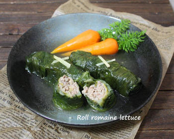 ロールキャベツならぬ、ロメインレタスで巻いたロールレタス。生姜風味のスープで、体を内側から温めてくれます。