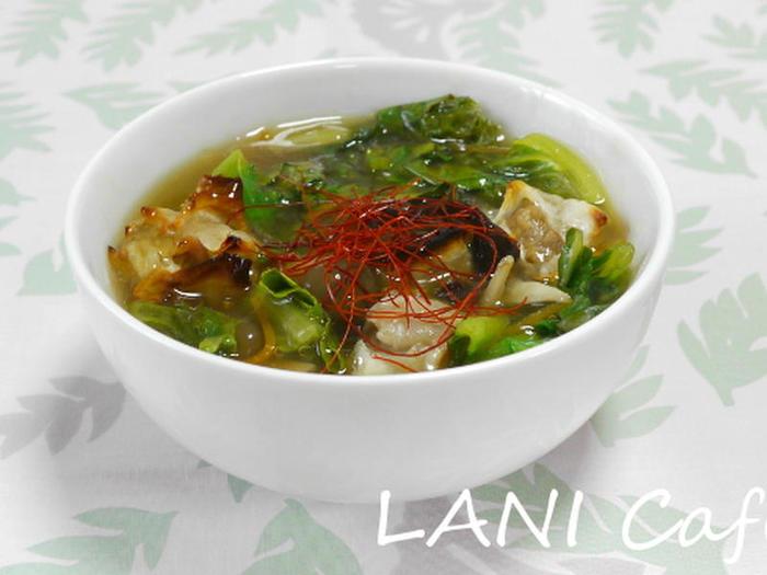 冷凍シュウマイを活用したアイデアレシピ。片栗粉でとろみをつけてあんかけスープにし、これ一杯でおかずにもなるスープです。