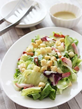 豆乳ベースのドレッシングなので、サラダにかけてもさっぱりと野菜をモリモリ食べられます。市販のドレッシングのオイルが気になる方におすすめのヘルシーサラダです。