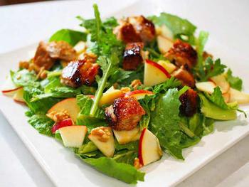 りんごのシャキシャキとした歯ごたえを楽しむサラダ。パリパリに焼いたチキンも入っていてボリュームもある、おかず系サラダです。