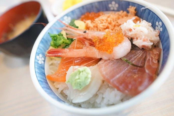 費用は抑えたい、でも海鮮は食べたい…!という方におすすめの穴場がこちら。なんとワンコイン500円から海鮮の丼がいただけるんです。サイズは他のお店よりも小ぶりですが、お昼以降にもたっぷり食べ歩きを楽しみたいなら、むしろちょうどいい量かもしれません。