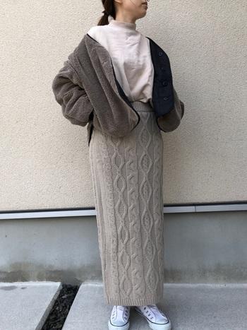 ロングのタイトスカートは、短めのアウターと相性抜群。コーデにメリハリが付いて、脚長見せの効果も期待できます。モコモコ素材とニットのタイトスカートの組み合わせはあたたかさも感じられて、季節のおしゃれという感じです。