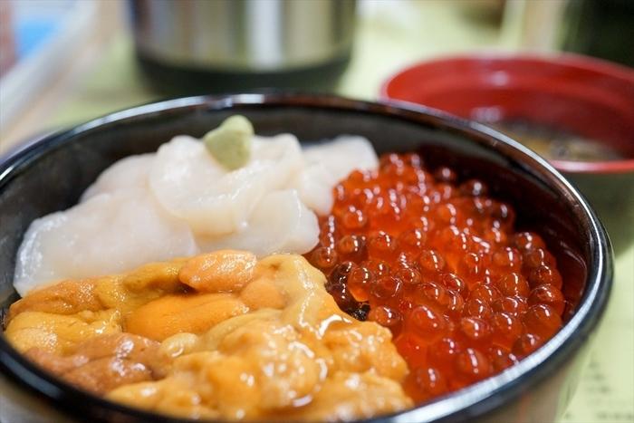 函館朝市といえば、ここ!というくらいの有名店。人気メニューはうに・いくら・ほたてが文字通り三つどもえになった「巴丼」。近海産の材料がたっぷりの、函館ならではの贅沢丼です。