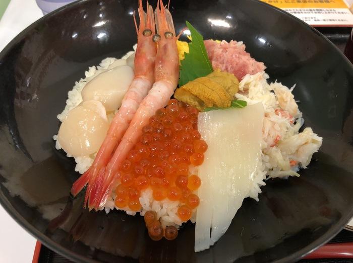 函館に来たからには、海鮮三昧を楽しみたい!という方におすすめなのが、こちら、「函館ぶっかけ」の大名盛り。その名の通り北海道の海鮮を豪華に盛りつけた贅沢な丼です。水産会社直営のお店なだけあって「魚の質が良いから」とリピートする方も少なくありません。