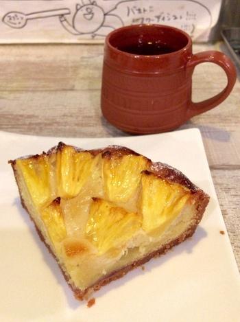 カレーに加えて、もうひとつ忘れてはいけないのがケーキです。きんかんの焼きタルトは京都産無農薬の金柑を使って、兵庫県紅茶専門店ムジカの紅茶をつかったオペラなど、手作りのデザートにもこだわりがいっぱい。