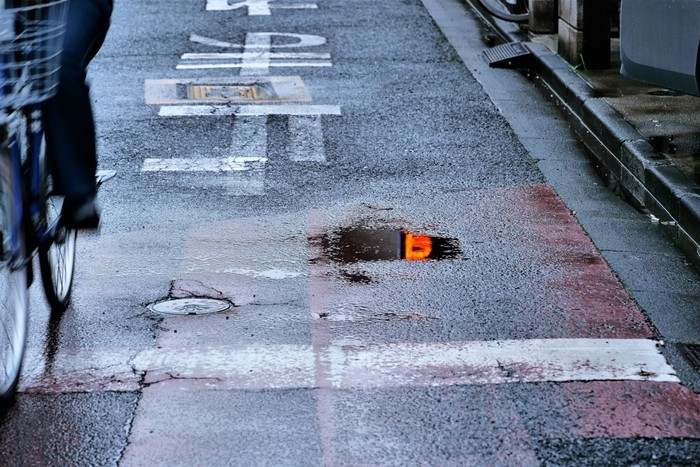 濡れたくないから傘を差したい気持ちはわかりますが、自転車にのる時の傘差しはNG!道路交通法でも禁止されています。雨の日の路面は滑りやすくなっていますから、安全のためにも避けた方がいいですね。