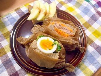 「にんじんツナマヨ」と「ゆで卵とアンチョビキャベツ」のサンドイッチです。たっぷりの具材と、ゆで卵を丸ごとはさんでボリューミーに。