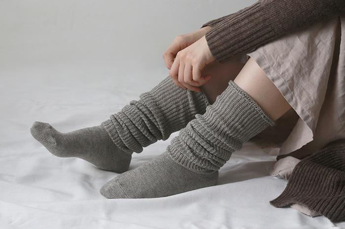 最後に、手足の先が温まる方法をご紹介。  1.足首の締め付けが少ない靴下を履いて、首までしっかりと毛布を掛けましょう。  2.そのあと、そのまま横になった状態で、足首を右回しに10回、左回しに10回、付け根から大きく円を描くように回します。  3.力を入れて「グー」と縮め、「パー」と開く動作を10回繰り返します。手のひらも同じように行います。  これだけで、じんわりと手や足先が温まってくるはずです。