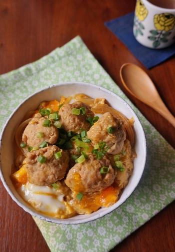 親子丼といえば鶏肉で作るのが定番ですが、こちらは「鶏だんご」を使ったユニークなレシピ。お子さまも食べやすい一品です。1の工程をスキップするので10分ほどで作れる、忙しいときにもぴったりのレシピです。