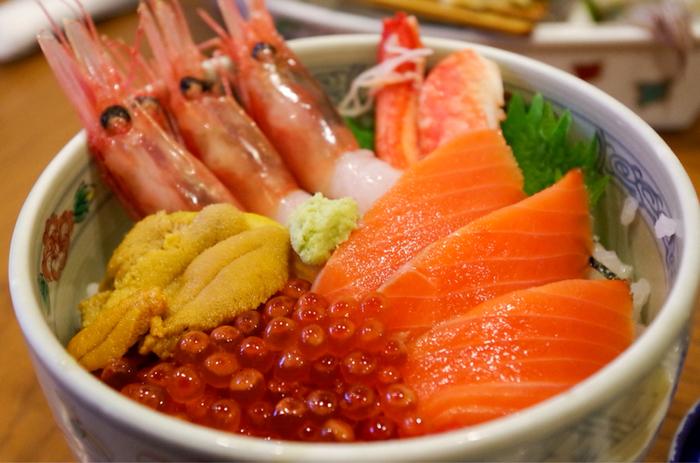 これぞ市場の味!という豪華さをたっぷり味わえるのが海鮮丼。 カニ、イクラ、エビにウニ、そして函館といえばもちろん欠かせないイカなど、色鮮やかな盛りつけを見ているだけで気持ちが上がります。好みの具材を選べるお店や、季節の旬の具材を盛った丼などもあるので、いろいろ歩いて見比べてみてくださいね。