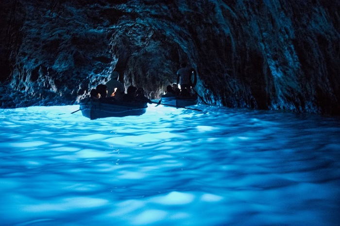 南イタリア、ナポリのカプリ島にある神秘的な青の光に包まれた「青の洞窟」。  断崖絶壁にわずかに開いた入り口から中へ入ると、水面からの深い青の輝きが洞窟を美しく照らす不思議な空間が広がります。洞窟内に入り込む微量の太陽光が、白い海底に反射することで、このような光景が生まれるのだそう。  洞窟内からは、海にまつわるポセイドンやトリトンの銅像が発見されているというのも、神秘的なイメージをよりかきたてます。