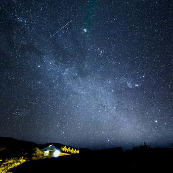 """宇宙に一番近い場所""""と言われているマウナケア。ハワイ島に位置し、太平洋の真ん中にあり低緯度なため、全空の80%が観測できるとても珍しい場所です。また、人工的な光が少なく、高山で空気が薄いこと、水蒸気や大気のゆらぎが少ないことから、何千という星がはっきりと見える場所なのです。"""