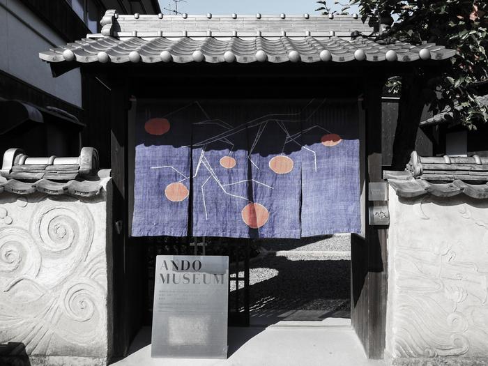 安藤忠雄さんが古民家に新しい命を吹き込むようにリノベーションした「ANDO MUSEUM」。安藤忠雄さんの活動や直島の歴史を伝える写真、スケッチ、模型が展示されています。また、新たに生まれ変わった建物と空間そのものを楽しめる美術館になっています。