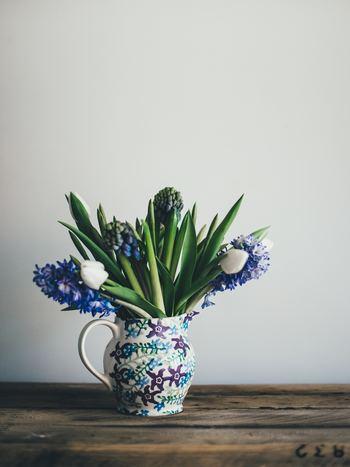 チューリップだけでなく、春のお花を一緒に盛り込んで。その際、「球根」という同じ境遇のお花で揃えると自然と統一感が生まれます。柄物のピッチャーでも、同系色のお花で揃えればとってもスタイリッシュな仕上がりに。