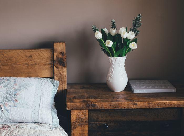 寝室のインテリアの雰囲気を壊さぬよう、ピュアでシックな白いチューリップをセレクト。さらに、朝目覚める時より心地がいいよう、白い花器を選びました。白×白のシンプルなカラー使いは、リラックスするための空間にぴったりです。