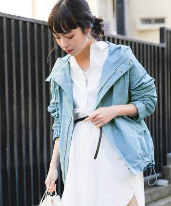 春に着る白シャツにとってもよく似合う、水色のマウンテンパーカー。モノトーンやくすみカラーとも合わせやすい上に、ベージュやブラウンとも好相性。春も秋も大活躍間違いなしです!