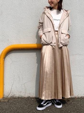 少しおめかししたい日のシャイニーなスカートに、Gジャン・ライダースを合わせるとキメキメになりすぎる気がする…そんな時にマウンテンパーカーを羽織ると、程よいリラクシンスタイルに。