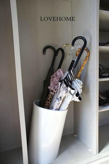 おうちの中で使わなくなったダストボックスを傘立てとして使用しているブロガーさんも! 下駄箱の中にスタンバイしておき、一度しっかりと乾かした傘を、こちらに収納しているんだそうです。家族分の傘がスッキリとひとまとめに収納されていて、見た目にもとっても美しいですね!
