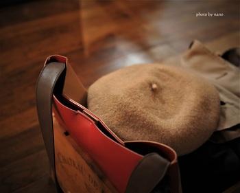 帽子も虫食いやカビの被害を受けることがあるため、洋服と同じように注意が必要。場合によって防虫剤などを使いましょう。型崩れが心配な帽子には、収納スペースに余裕を持たせ、内側に紙などを丸めて入れておくと予防できます。