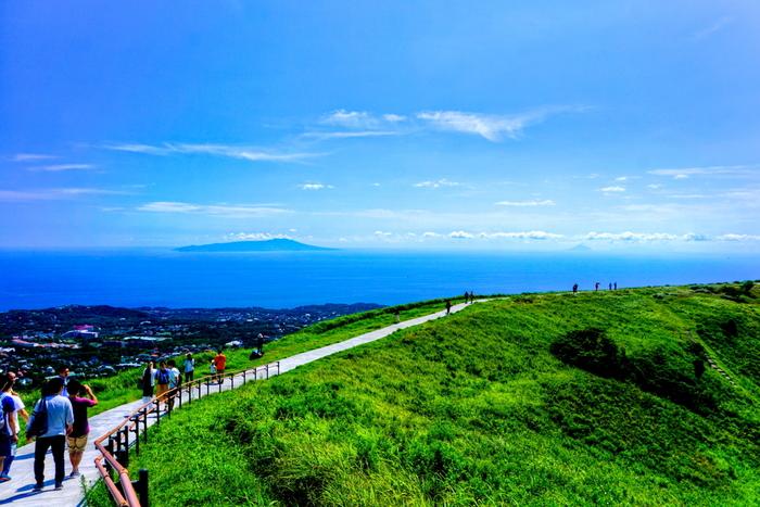 山頂からは美しい伊豆の海と島々を眺めることができます。大室山のお鉢をぐるりと回りながら、伊豆の景色を360度楽しみたい。