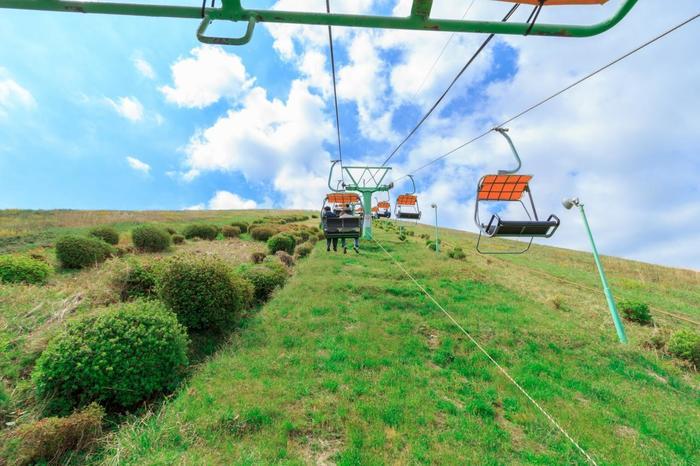 山頂へはリフトを使って快適に移動することができます。心地よい風を感じながらの数分の旅です。