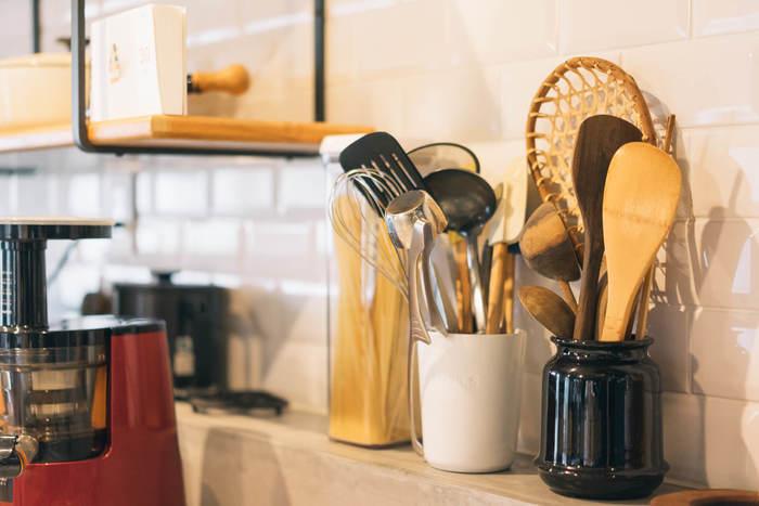 """コンロまわりやシンクまわり、キッチンカウンターなど、さっと手の届く範囲には、ワンアクションで取り出せる「立てる」収納を。キッチンツールは種類ごと、もしくは""""よく使う1軍""""と""""たまに使う2軍""""とに分けて。専用のキッチンツールスタンドがなくても、ピッチャーや空き瓶、空き缶を使ってもいいですね。"""
