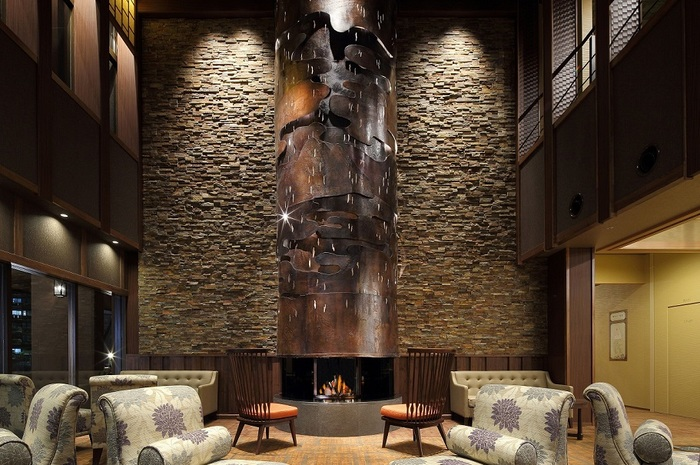 まずロビーに入って目に入るのが、ホテルのシンボルでもある5m超の暖炉。「文明開化絵巻」がコンセプトのこの暖炉は、巨大な銅板に函館山やステンドグラス和柄などが彫刻されているアートワークが見もの。優しく揺らぐ炎でリラックスして、静かな気持ちでアートも堪能できる、居心地の良い空間です。
