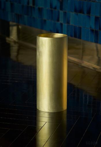 こちらは真鍮無垢の傘立。みなさんは、今までそんな傘立てに出会ったことはありますか?厚さ5mm、直径180mmの真鍮丸管をカットし、真鍮無垢の底がつけられている、シンプルデザイン。