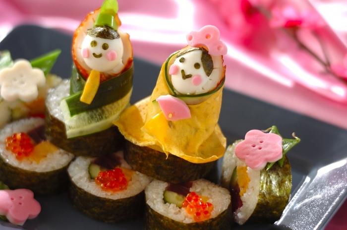 巻き寿司をひな壇に見立てた可愛らしいお寿司。いくら、キュウリ、卵焼き、色とりどりの具材でカラフルに…。子供達の笑顔が思わず浮かんでくる一品です。
