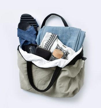 イタリアのリネンをリメイクして作られたトートバッグ。内側がキルティングになっているので、中の荷物を守ってくれます。 日帰り旅行や、遠いお出かけにぴったりなサイズです。大きく開くので、ものの出し入れもしやすいですね。
