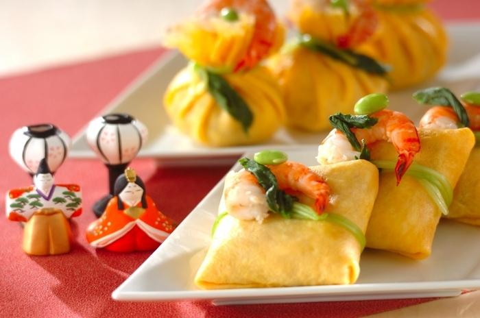 薄焼き卵で包んだ茶巾寿司は、品があり、手に持って手軽に食べられるのでパーティーシーンにもぴったり! 気になるご飯には、干し椎茸、水煮たけのこ、にんじん、れんこんが入って食べ応えも抜群です。お洒落に器に並べれば、豪華なひな祭り寿司の完成です。