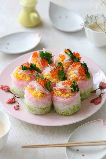 食べやすい小さめサイズの3色押し寿司は、お子さまにもぴったり!ピンク色のご飯には桜でんぶ、緑色のご飯にはそら豆をみじん切りにしたものを混ぜ、色付けをしています。 きれいな丸型は、セルクル型やココットなどを活用すると上手に作ることが出来ます。
