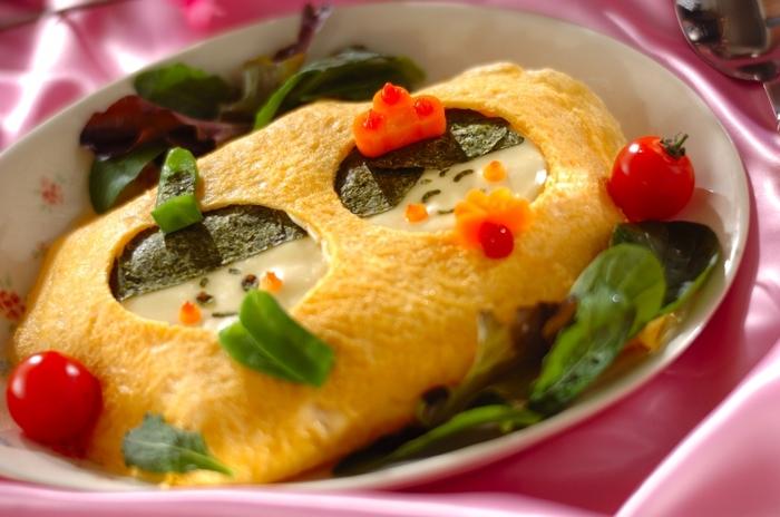 こちらは、お野菜たっぷりのケチャップライスを包んだオムライス。おだいり様&おひな様が卵の窓からこんにちは♪なんだか食べるのがもったいなくなるほどの可愛さです!