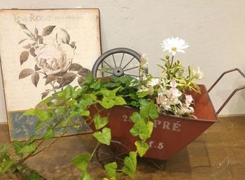 観葉植物の寄せ植えは、プレゼントにもおすすめ。たとえば母の日ギフトなら、おしゃれなブリキ鉢にきれいなお花と観葉植物を組み合わせて植えるのはいかがでしょうか?インテリアとして喜ばれそうですね。