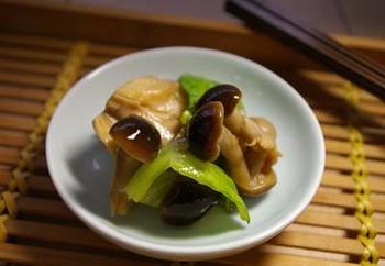 きのことキャベツは食物繊維たっぷりのコンビ。オイスターソースやごま油で味付けした中華風なサラダです。レンジでチンするだけの簡単な工程も嬉しい。