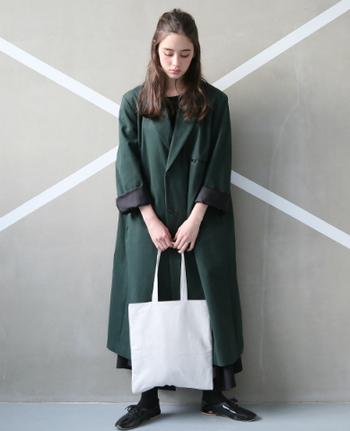 純白が美しいnejicommu(ネジコミュ)のトートバッグは、柔らかくしっとりした質感のウォッシャブルレザー製。持ち手が長く、肩にかけてちょうどいいサイズです。